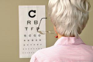 Sehtest bei Altersweitsichtigkeit (Fotolia)