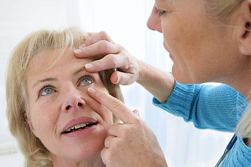 Sobald Symptome einer Netzhautdegeneration auftauchen – direkt Termin beim Augenarzt vereinbaren