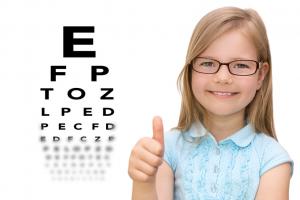 Kurzsichtigkeit bei Kindern ist durch Naturheilkunde therapierbar (Fotolia)