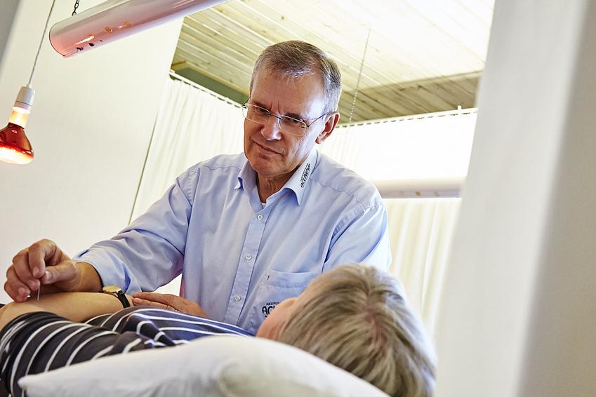 Prof. John Boel praktiziert Augenakupunktur an Patientin