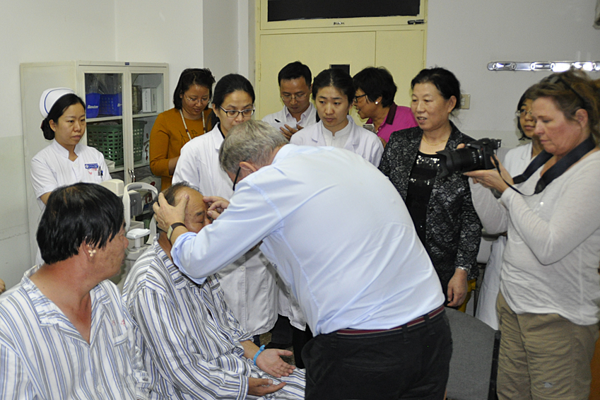 Prof. John Boel praktiziert Augenakupunktur in China (Prof. John Boel)