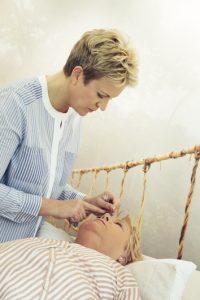 Augenakupunktur bei Makuladegeneration in die Stirn, nicht in die Augen (Antje Kern)