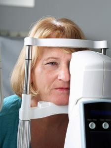 Messung des Augeninnendrucks bei einer Glaukom-Behandlung (Fotolia) - Augenakupunktur Noll - Frankfurt