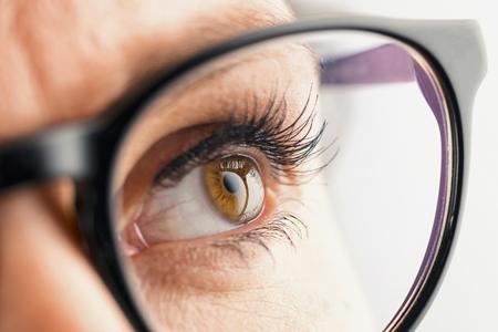 Chancen und Risiken einer speziellen Brille Makuladegeneration (AMD) (Fotolia)