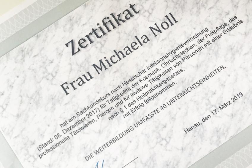 """Augenakupunktur Noll hat diese Zertifizierung am 31. März 2019 erhalten.Es ist mir wichtig, mich für meine Patienten immer wieder zu schulen und auch im Bereich """"Hygiene und Aufbereitung von Medizinprodukten"""" immer auf dem neuesten Stand zu sein."""