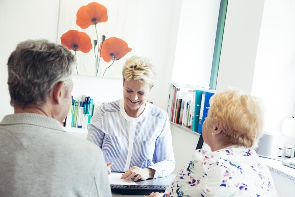 Anamnese-Gespräch mit Patienten im Rahmen der Integrierten Augentherapie nach Noll
